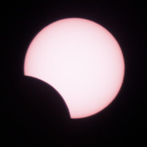 "Beginn der ""Totalen Sonnenfinsternis"" in La Sille / Chile am 2.7.2019 (Foto Georg Mangels)"